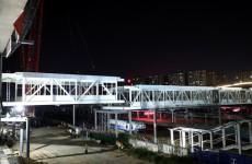 潍坊站新建旅客天桥顺利吊装 为连接南北站房通道